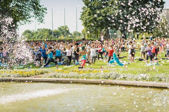 Joga przy fontannie