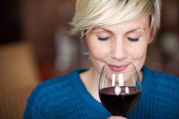 Picie alkoholu może mieć negatywny wpływ na stan skóry