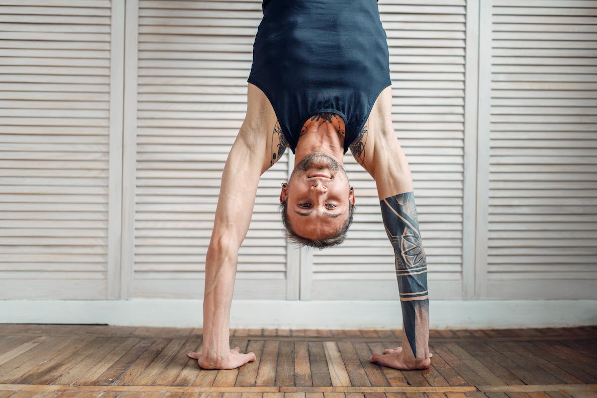 joga wzmacniająca stanie na rękach
