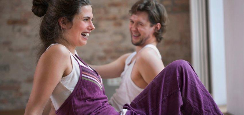 regularna praktyka jogi zprzyjaciółmi