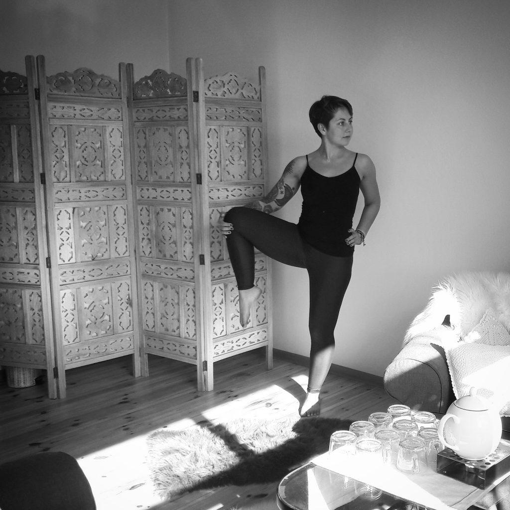 pozycje balansowe utthita hasta padangusthasan