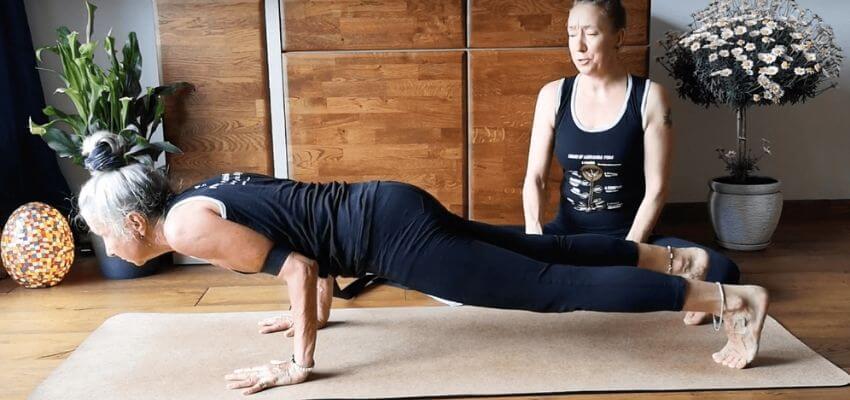 Jak zachęcić faceta do jogi Chaturanga Dandasana